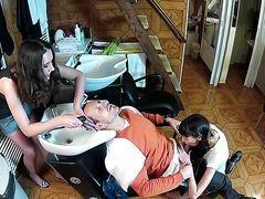 Парикмахер Nadia Bella с ассистенткой сосут у симпатичного клиента James Brossman