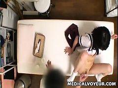 Студентка трахается на столе и получает оргазм на стрытую камеру
