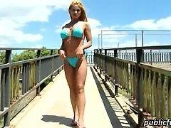 Великолепная блондинка Cathy Heaven показывает задницу и любит публичный секс