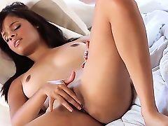 Молодая экзотическая красавица Ария Салазар с горячим телом и натуральными сиськами дома одна