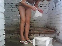 Подглядывает как она писает в общественном туалете