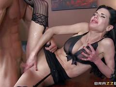 Соблазнительная Veronica Avluv трахается с ненасытным жеребцом Johnny Sins