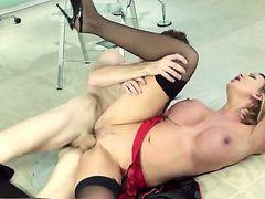 Leigh Darby - великолепная сексуальная длинноногая красотка мамочка с прекрасной большой грудью