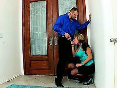 Mark Ashley использует свой стоячий член, чтобы трахнуть телку