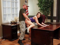 Красотка секретарша Lola Foxx трахается с армейским боссом