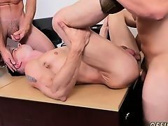 Мускулистые парни трахают другу друга на офисном столе