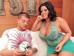 Зрелая красавица с огромными буферами Angelina Castro трахает молодого человека