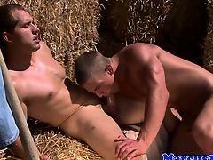 Деревенский молодой гей делает минет другу на сене