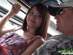 Сексуальная тайская шлюха дрочится пальцами и вылизывается снаружи