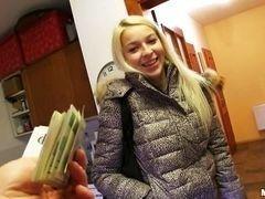 Красивая блондинка с длинными волосами принимает предложение потрахаться за деньги