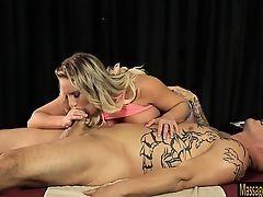 Грудастая массажистка Cali Carter отсасывает двум парням