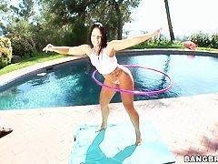 Горячая и пробуждающаяся брюнетка Monica Santhiago позирует перед бассейном