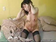 Азиатская милашка в чулках теребит свое влажное влагалище, пока не наступает оргазм