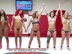 Распутные лесбиянки борятся на борцовской арене за доминирование