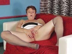 У мастурбирующей старушки сквирт без остановки