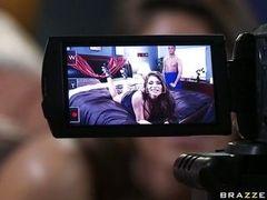 Возбужденная домохозяйка трахается перед камерой
