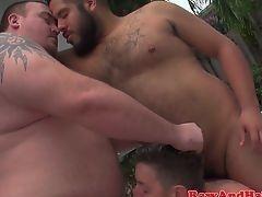 Два толстых бородатых гея трахают молодого парня без презерватива на открытом воздухе