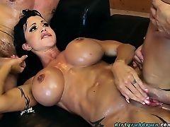 Сисястая сучка Jewels Jade трахается с двумя парнями