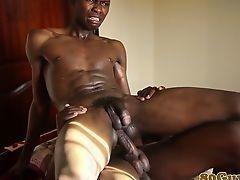 Африканские молодые геи-любители чпокаются без презерватива