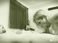 Жена наблюдает за своим мужем, получающим минет от подруги