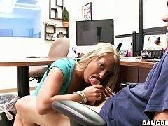 Тесная шлюха Jayla Diamond дразнит и берет ртом
