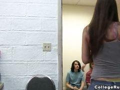 Видео пьяные девушки показывают попы
