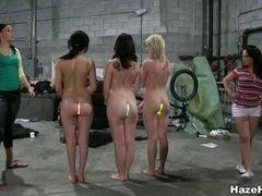 Обнаженные девушки с сочными попками в гараже под контролем лесби домин