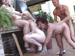 Три зрелых леди, наслаждающиеся молодым членом!