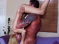 Спортивная блондинка сосет член вверх ногами