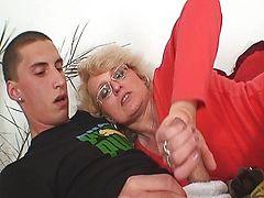 Сексуальная мамаша работает руками и ртом