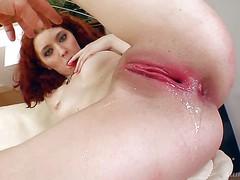 Мужик отпердолил рыженькую шлюшку и кончил ей в пизду