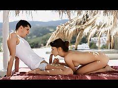 Потрясающая девушка сосет член под пальмами
