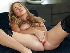 Великолепная порнозвезда Courtney Dillon раздвигает ноги в чулках