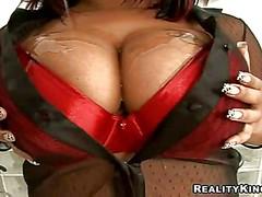 У красивой Carmen Hayes огромная грудь обильно смазана маслом