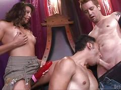Бисексуальные парни трахаются с девкой со страпоном