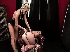 Лесбийская шлюха Clara G. шлепает свою сучку Tiffany Doll в кожанном кресле