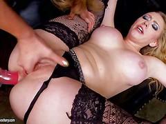 Лесбиянка со страпоном ебет в жопу грудастую Kagney Linn Karter в черных чулках