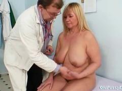 Мамочка с большими сиськами и волосатой киской совратила гинеколога
