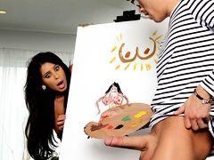 Красивая модель Nikki Capone сосет большую кисточку художника Xander Corvus