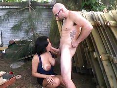 Татуированный мужик вставляет свой огромный хуй грудастой телке на заднем дворе