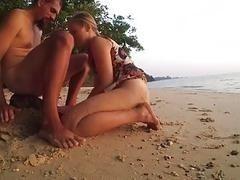 Возбужденная развратная юная пара занимается сексом на песке на пляже