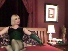 Трансвеститы, весело проводящие время с трусиками