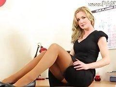 Сексуальная секретарша в прозрачных чулках и черном платье дразнит своего босса и раздевается