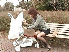 Сексуальная японская мамашка с коляской изголодалась по жесткому траху