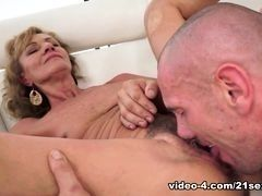 Пожилая стройгая женщина отжигает в постели, мужик страстно лижет для начала ее волохают киску
