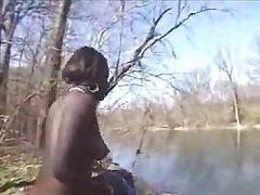Черная девушка решила насладиться природой нагишом прямо на берегу пруда
