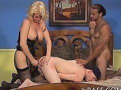 Сексуальная милашка трахается с двумя бисексуальными приятелями