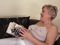 старушка с радостью отбрасывает книжку увидев молодого ебаря