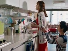 Трахнул на кухне молодую мать