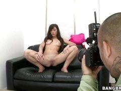 Vanessa Sixxx раздвигает ее длинные сексуальные ноги перед фотографом